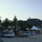 Fischerboote am Strand von Noli in Ligurien