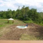 Geschafft! Der Pool steht, jetzt muss nur noch ein bisschen Rasen wachsen...