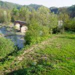 Die alte Einsenbahnbrücke hinter dem Haus